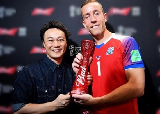 Eason遇门神!陈奕迅颁最佳球员奖给冰岛龙门