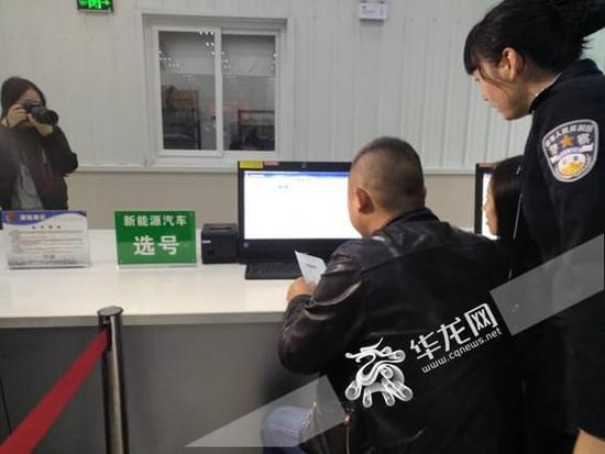 快讯:重庆发出首张新能源汽车专用号牌