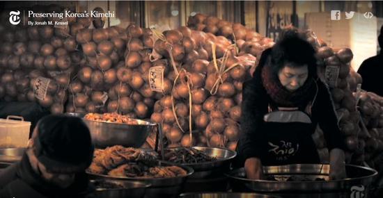 ▲韩国大妈在首尔某菜市场手工腌制泡菜 图片来源:视频截图