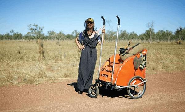 女子靠一辆小推车徒步环游世界 每日支出5美元