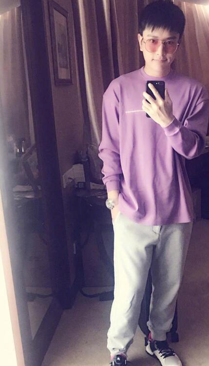 贾乃亮晒自拍照称又瘦六斤 穿紫色上衣很有精神