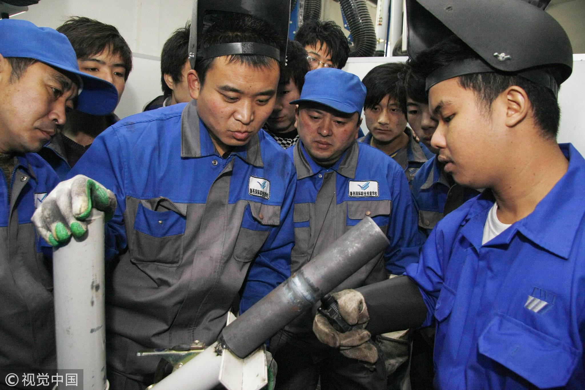 接受过正规职业训练的农民工少之又少/视觉中国