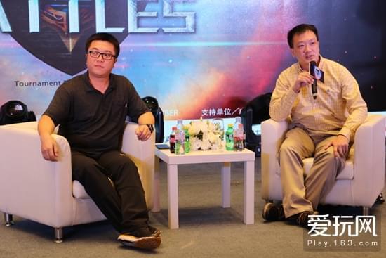 张哲与高杰国际咨询CEO洪嘉侃在发布会后接受媒体采访