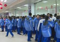 长春某中学食堂:服务员手抓饭 转基因油未公示