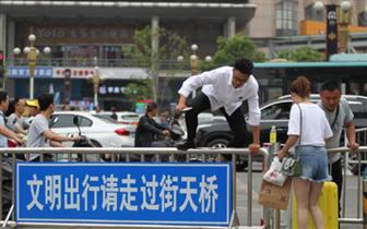 """二七广场一地面入口被封 市民秀""""跨栏"""""""