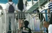 男子球场看台偷拍女孩裙底