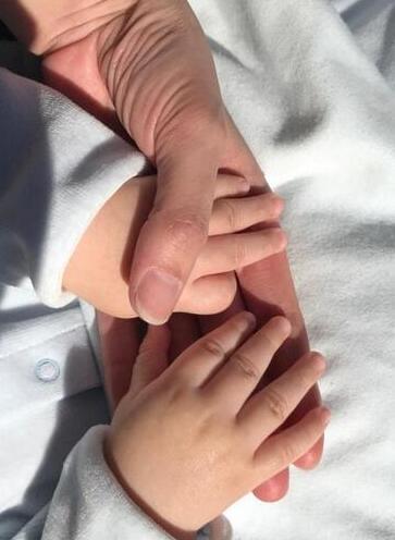 谢杏芳带孩子晒太阳
