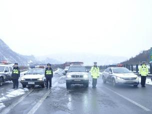 180余辆货车雪中受困 晋陕两地民警带队护送