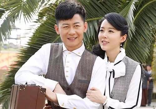 李健在剧中饰演青岛九龙商会少爷韩志杰,他很好的诠释了这个人物身上