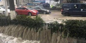 今晨珠江路消防水管爆裂 交警搭桥疏导