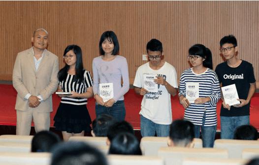 启德教育「遇见」系列活动中,黄征宇先生向现场学生赠送自己的新书《征途美国》