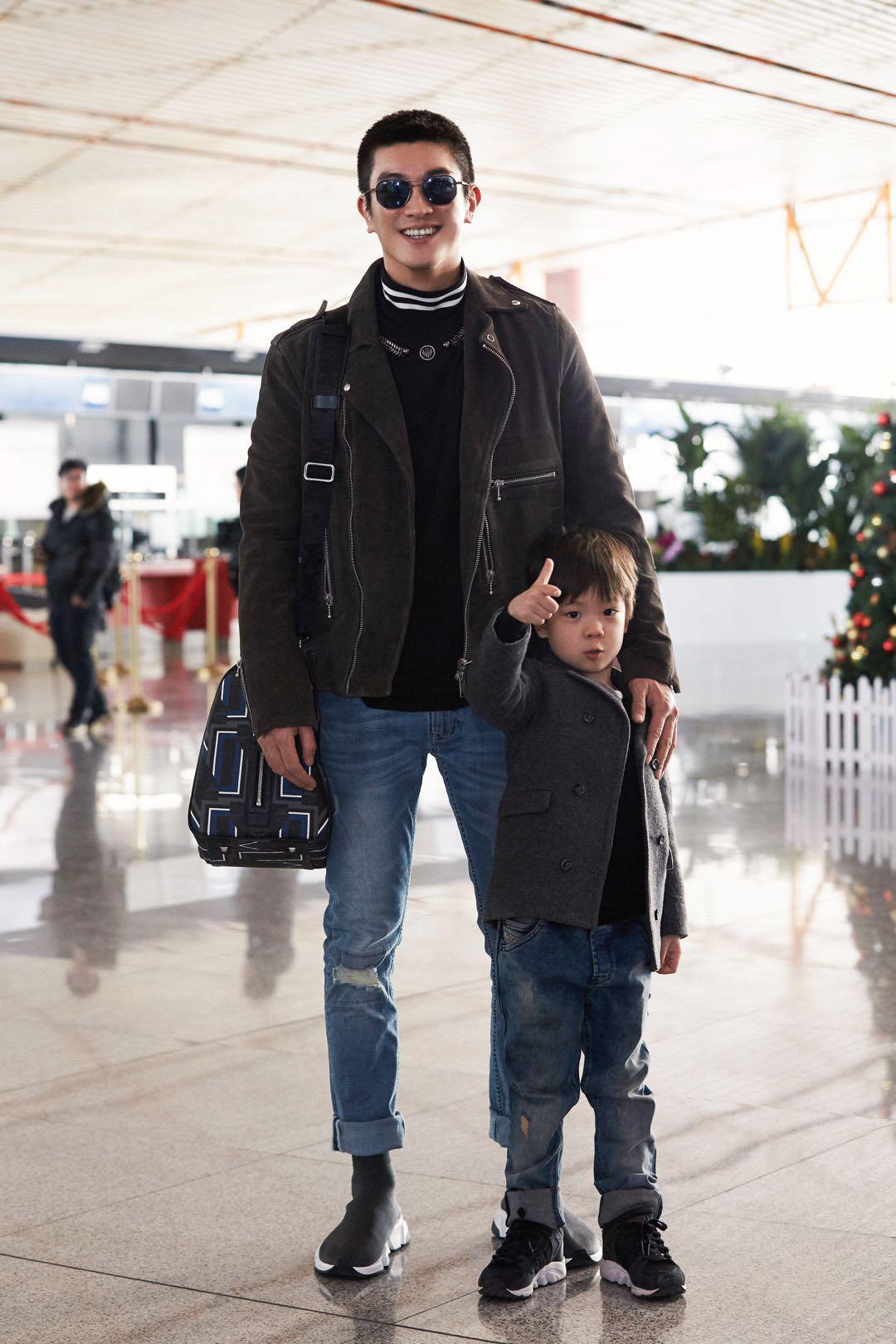 杜江嗯哼现身机场 穿搭亮眼被赞时髦父子