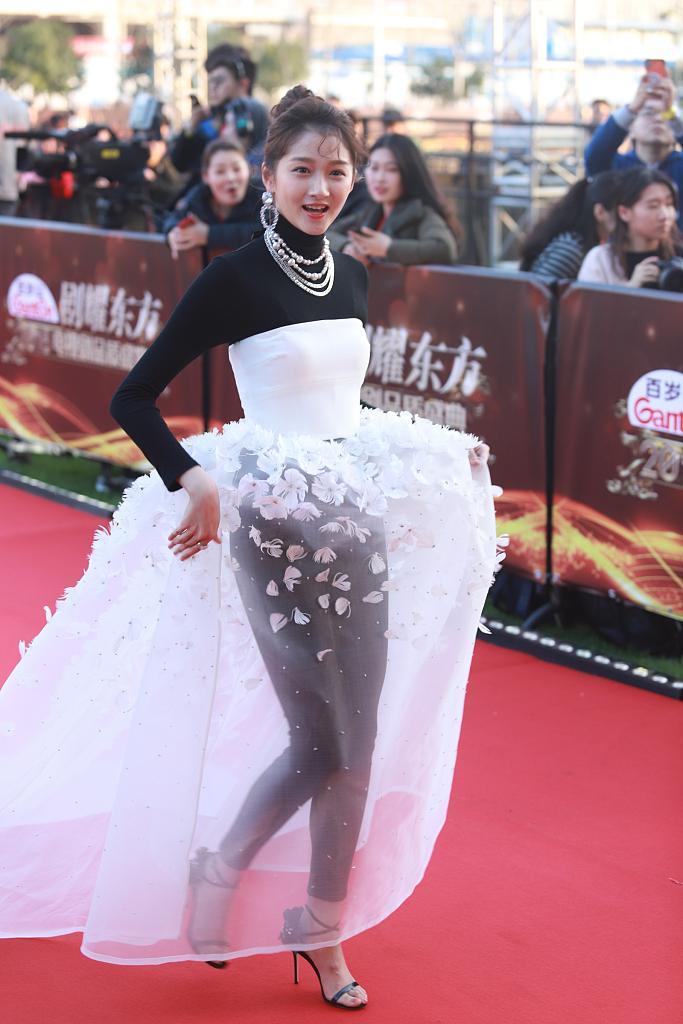 关晓彤穿白色透视纱裙亮相红毯 网友调侃造型雷人