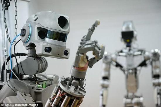 俄罗斯机器人学会双手射击 将上太空工作!