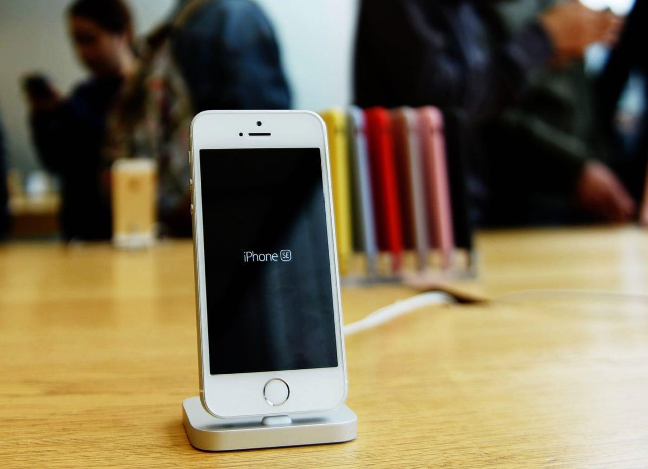 苹果收到搜查令:需解锁德州枪犯iPhone SE