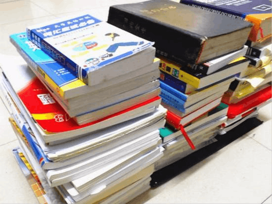 毕业季海量书籍成废品 卖一麻袋书只能买一个麻袋