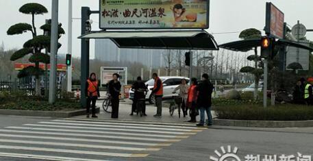 文明出行!荆州交警组织志愿者开展学雷锋安全劝导