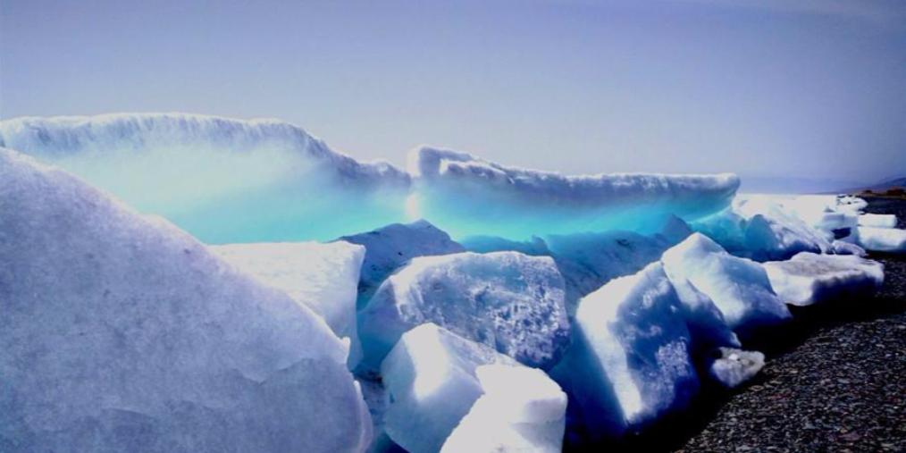 新疆赛里木湖出现蓝冰奇观