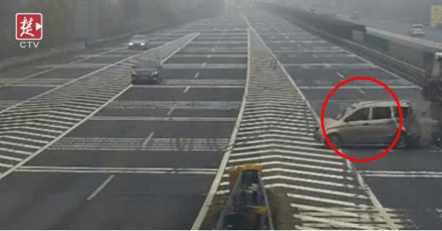 小车高速上突然变道 被大货车撞飞转体180度