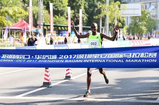 肯尼亚选手率先冲线,荣获全程马拉松男子冠军