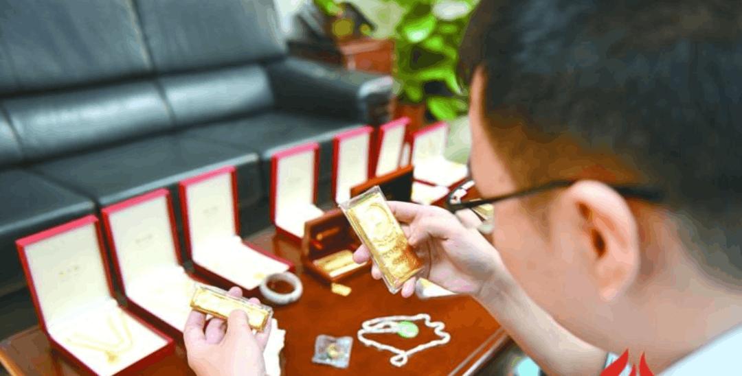 男子在银行藏着金饰、金条 欠着上亿元债务不还