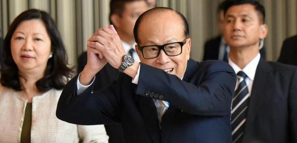 90岁李嘉诚正式退休 下班后再三挥手告别
