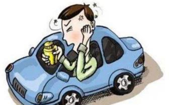 男子吃感冒药驾车上路 犯迷糊差点追尾豪车