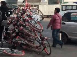 男子恶意叠放共享单车 因寻衅滋事被行政拘留