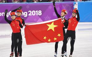 中国接力摘银 四位帅小伙开心庆祝