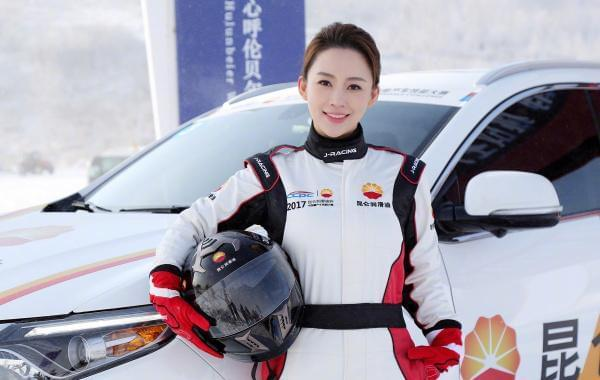 潘晓婷身穿赛车服化身冰雪美人