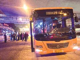 贵阳一大巴起火乘客疏散 2名乘客被挤倒受伤