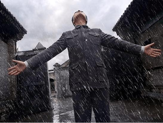 """张桐剧照遭恶搞 变身""""行走中的天气预报员"""""""