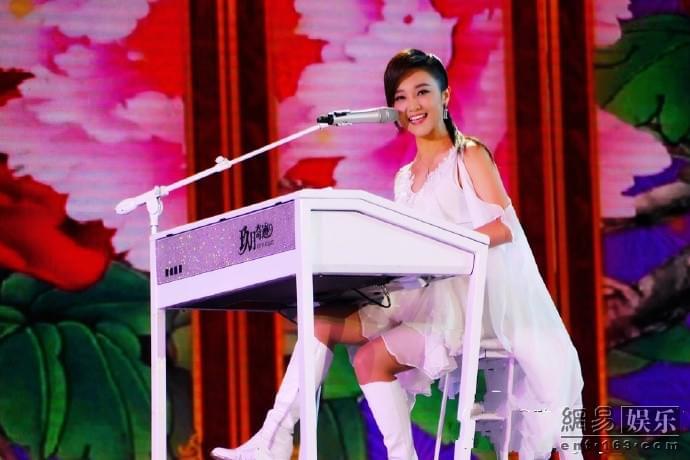 中国文艺界春节大联欢 玖月奇迹献唱新歌