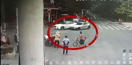 奔驰男不爽宾利女司机车技连续怒撞 或赔百万