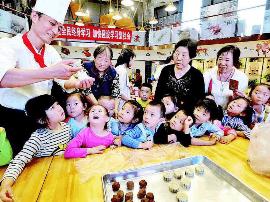 50余名孩子制作手工月饼体会中秋传统文化