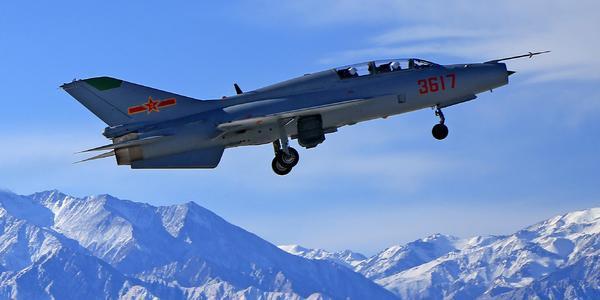 空军飞行员在祁连山下进行飞行训练
