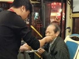 老年乘客迷路又说不清去哪 公交司机喂吃喂喝护送他
