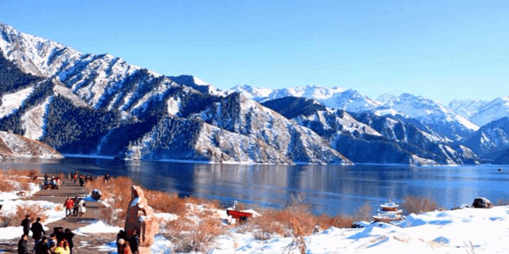 新疆天池冬日湖光山色水中倒影美如画