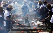 墨西哥350多人户外齐烤肉