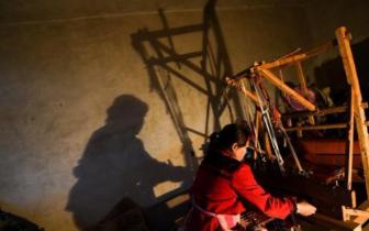 探访非遗老粗布手工织造技艺 村民织布增收
