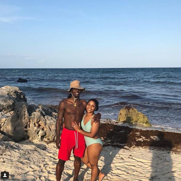 休假模式!福特森与爱妻享受沙滩浴 幸福美满!