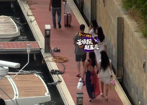 李亚鹏被拍与美女同游三亚 两人挽手好亲密(图)