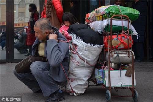 背200斤年货!荆州六旬大叔辗转千里与家人团聚……