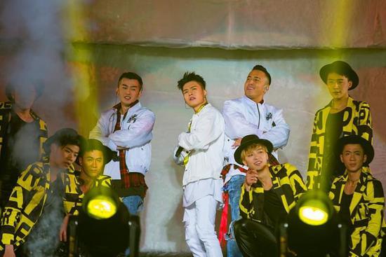 宁桓宇加盟四川跨年 融合嘻哈元素惊艳改编《小邋遢》获赞