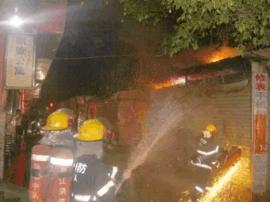 一服装店凌晨突发大火 疑因垃圾桶着火所致