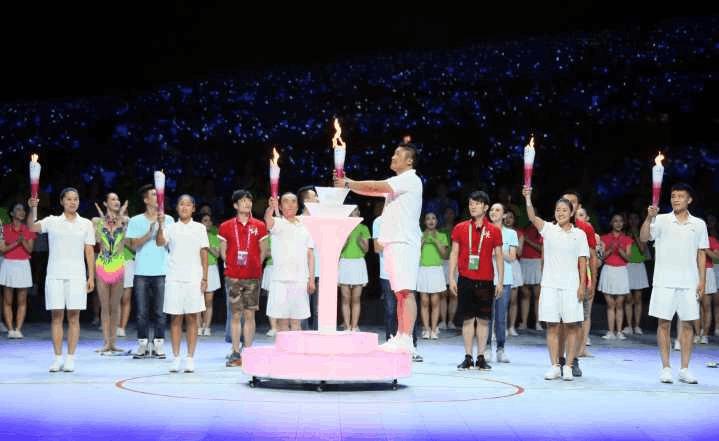 全场观众共同点燃的第一棒火炬 象征着齐追中国梦