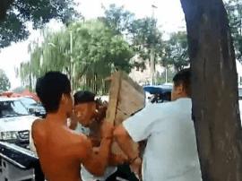 违规占道 暴力抗法 一男子阻碍城管执法被行拘