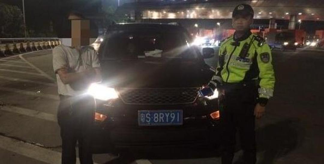 深圳司机用远光灯被拦 结果被扣车罚3万
