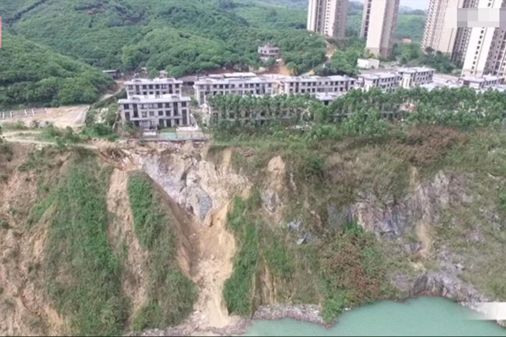 连遭两次塌方 广州200万别墅门前成悬崖
