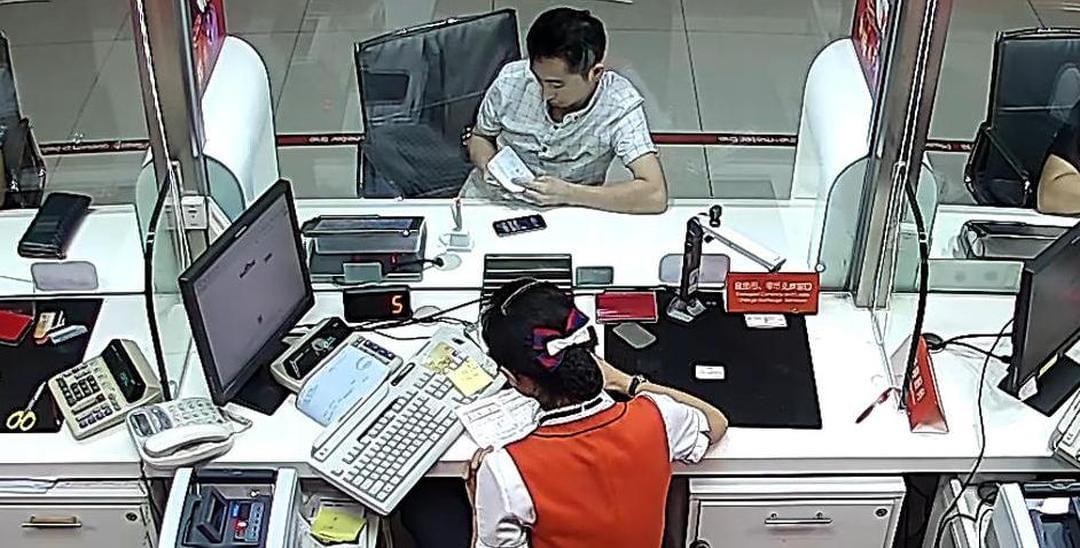 """珠海男子进银行就递纸条 上写""""帮我逃脱"""""""